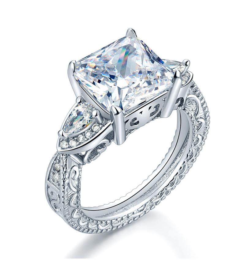 Ezüst gyűrű szintetikus gyémánt kővel